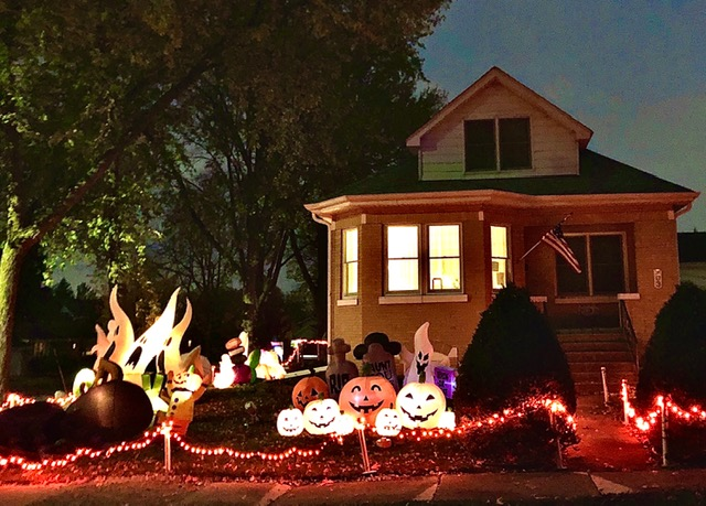 LIT+UP%3A+Downers+Grove+Resident+Kay+Pappineau%E2%80%99s+home+captures+Halloween+spirit+despite+the+year%E2%80%99s+contrastive+circumstances.%0A