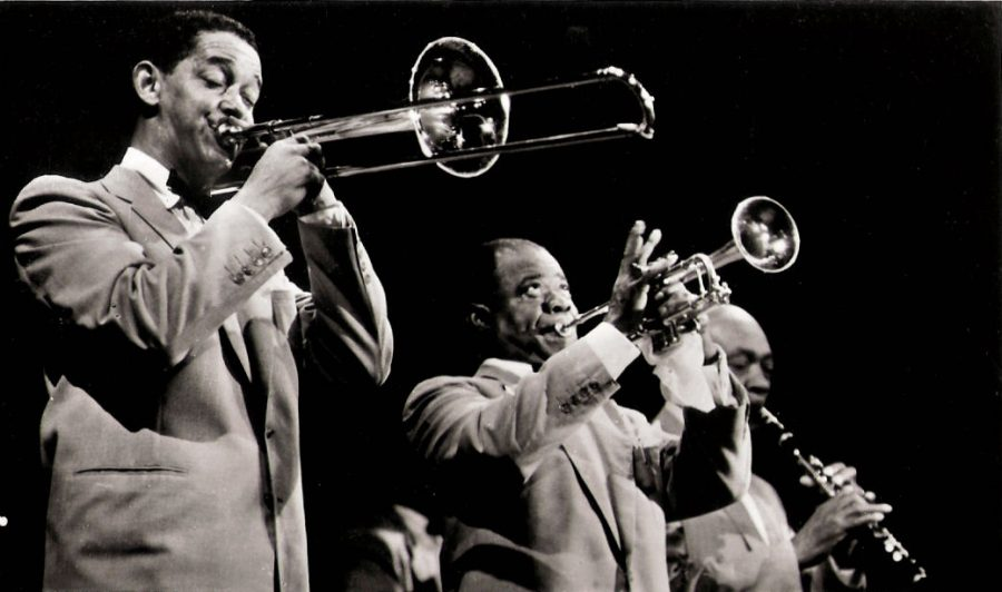 Louis+Armstrong+performs+alongside+Trummy+Young+and+Edmund+Hall